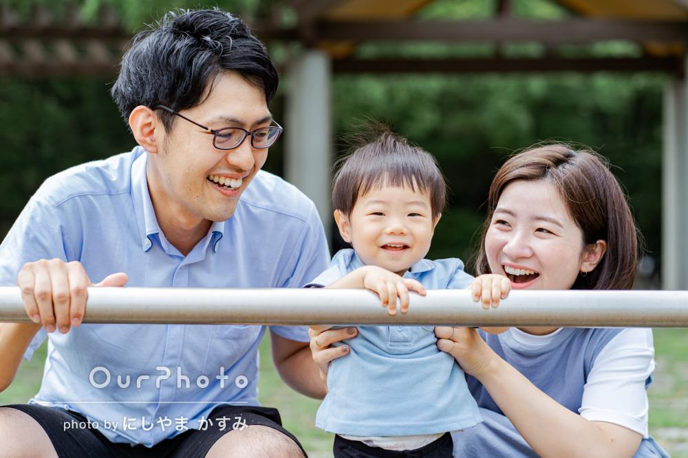 「いつもの家族の雰囲気が写真になっている」公園で笑顔の家族写真の撮影