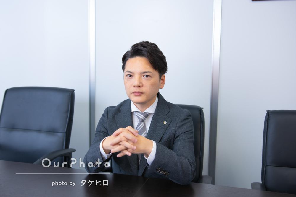 「満足のいく写真」社内でスーツ姿のビジネスプロフィール写真の撮影