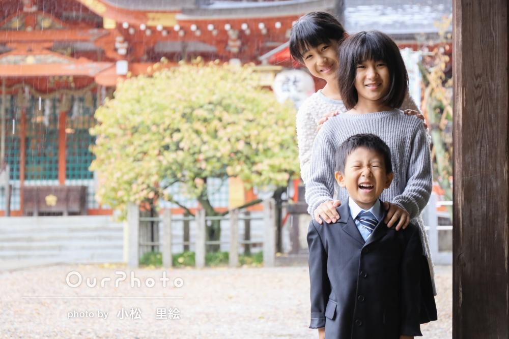 家族全員に見守られて。雨の神社で、末っ子くんの七五三撮影