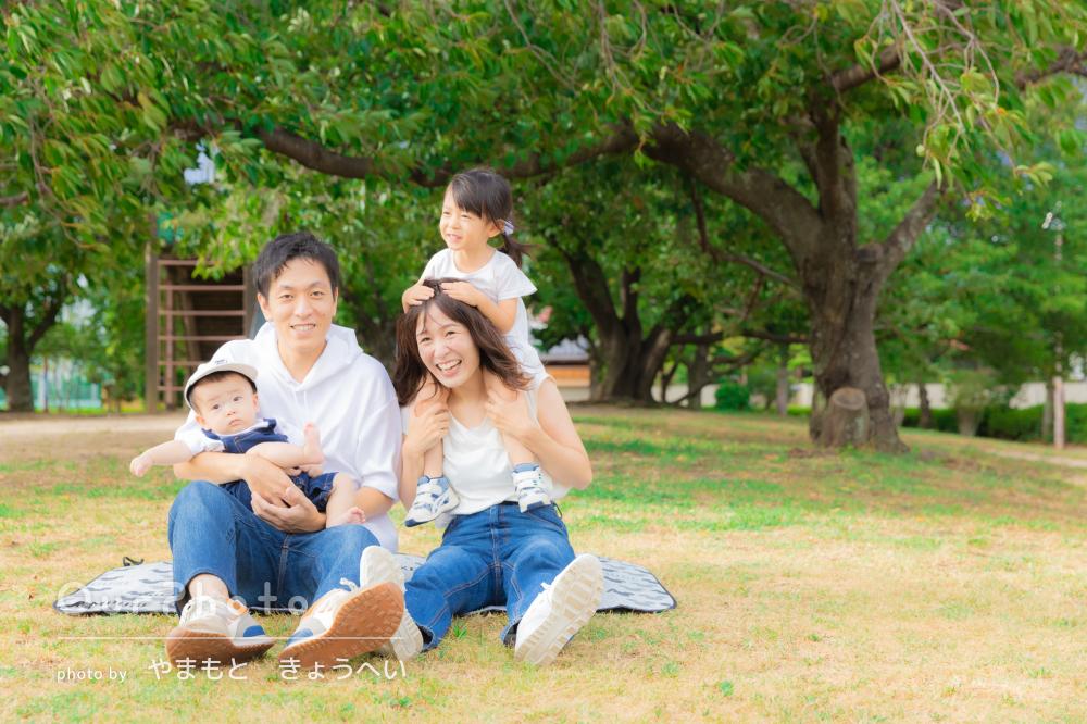 「映画のワンシーンのようにとってもおしゃれ」公園で遊ぶ家族写真の撮影