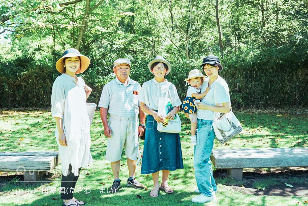 「とても楽しい撮影」木漏れ日が降り注ぐ公園での家族写真の撮影