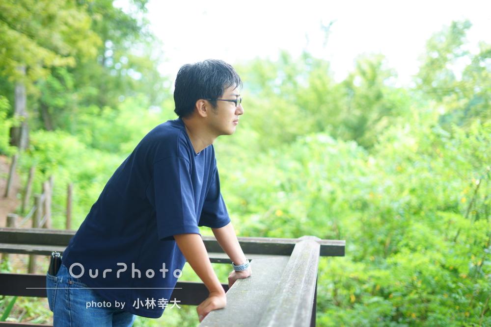 山や木々を背景に自然体が素敵で爽やかな男性プロフィール写真の撮影