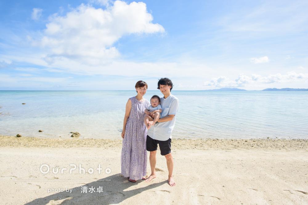 「1歳になる息子との良い記念」白浜が広がる海で笑顔の家族写真の撮影