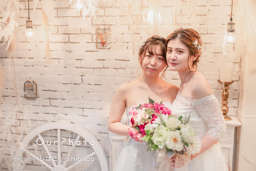 白いウェディングドレスが素敵!白トーンの背景で友フォトの撮影