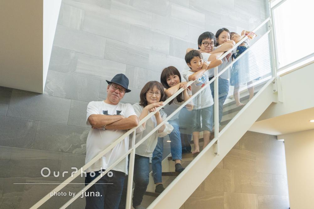 自宅での賑やかで仲睦まじい様子をたっぷり収めた家族写真の撮影