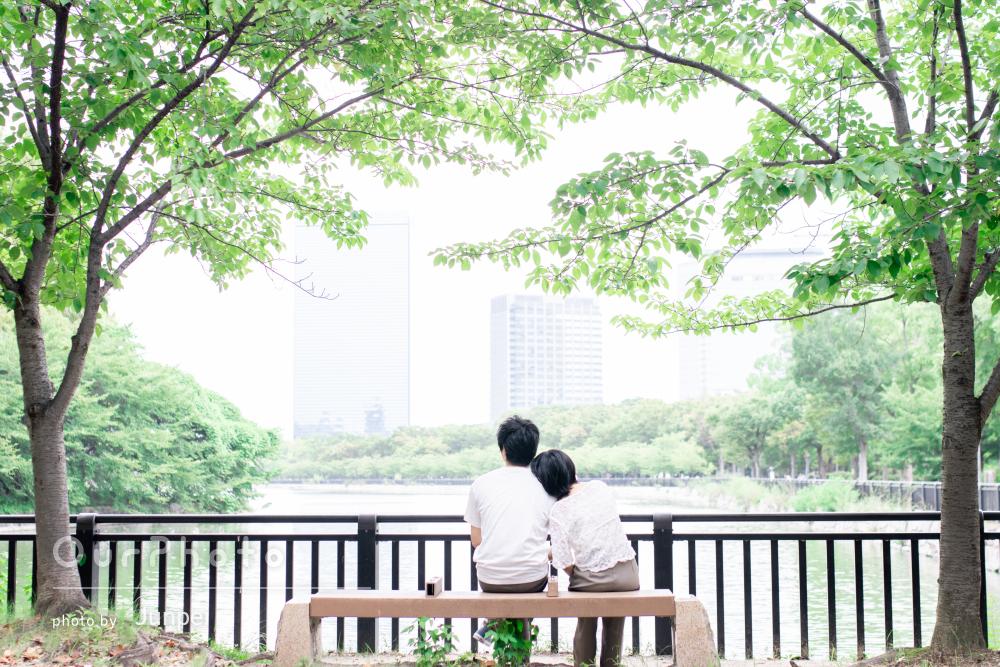 大切な日に自然豊かな公園で!幸せに包まれたご夫婦の家族写真の撮影