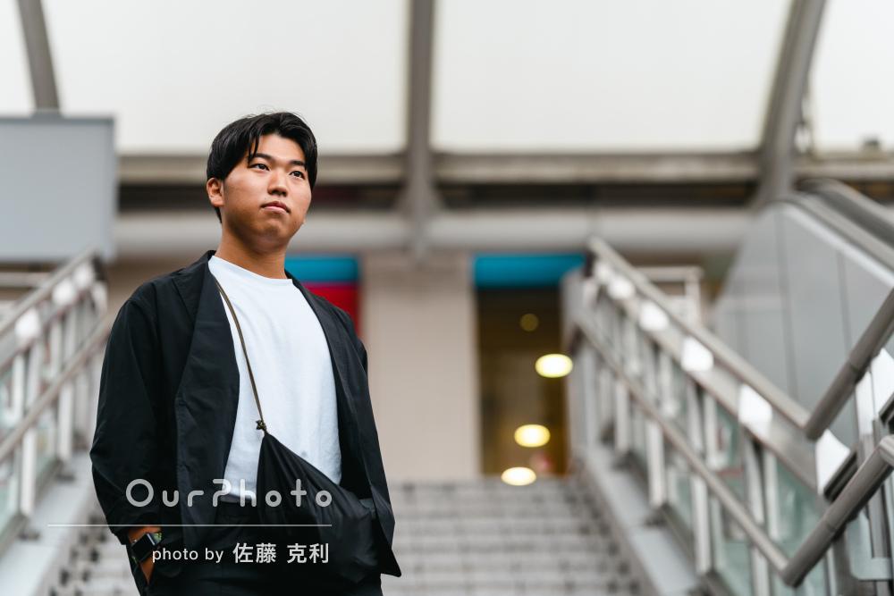 街中でモノトーンコーデがクールな男性のプロフィール写真の撮影