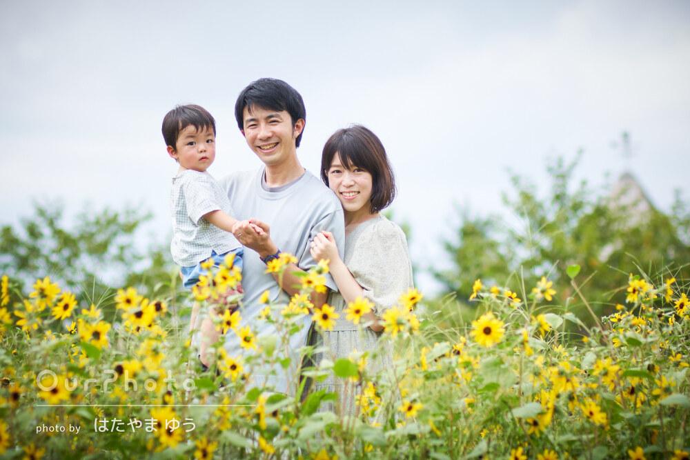 ヨーロピアンな風景の公園でお花に囲まれてお誕生日記念の家族写真の撮影