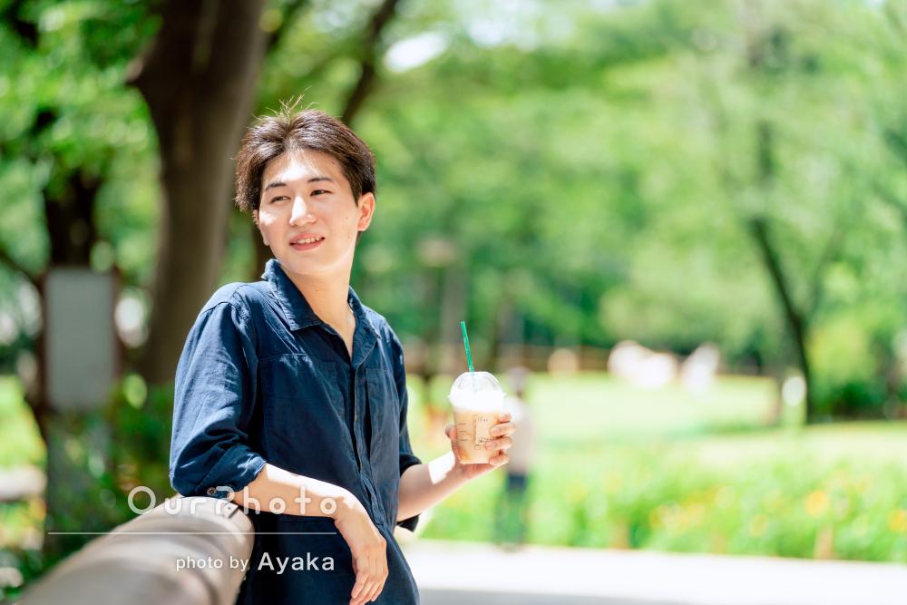 「自然な笑顔がでるように声をかけて」公園で男性プロフィール写真の撮影