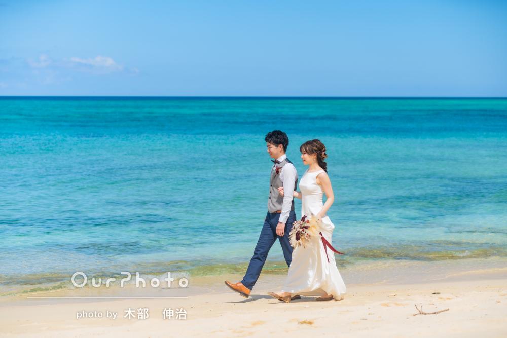 「大満足の撮影」青々と美しい海岸で仲睦まじいカップルフォトの撮影