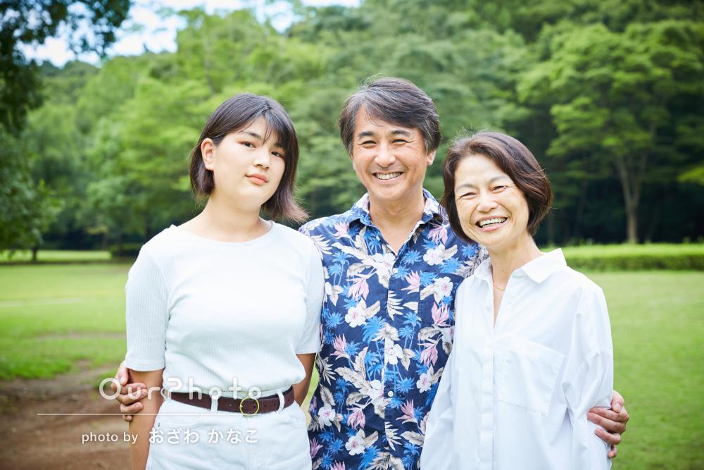 3人の笑顔が素敵!緑豊かなロケーションで数年ぶりの家族写真の撮影