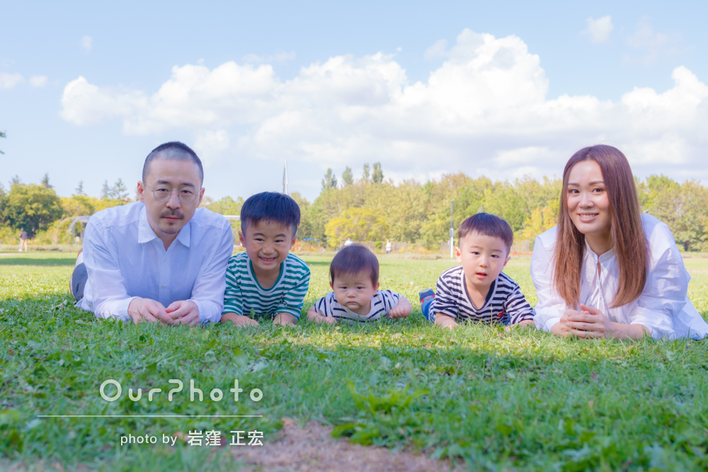 リンクコーデをした3人兄弟と自然豊かな公園で過ごす家族写真の撮影