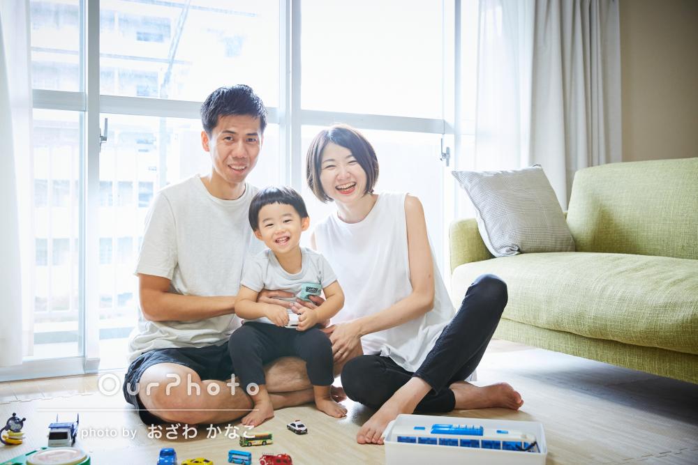 「すぐに子供の笑顔を引き出して」お家で楽しく遊ぶ家族写真の撮影