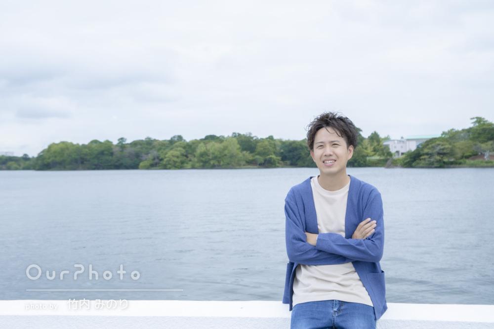 「終始リラックスして」公園で自然な笑顔の男性プロフィール写真の撮影