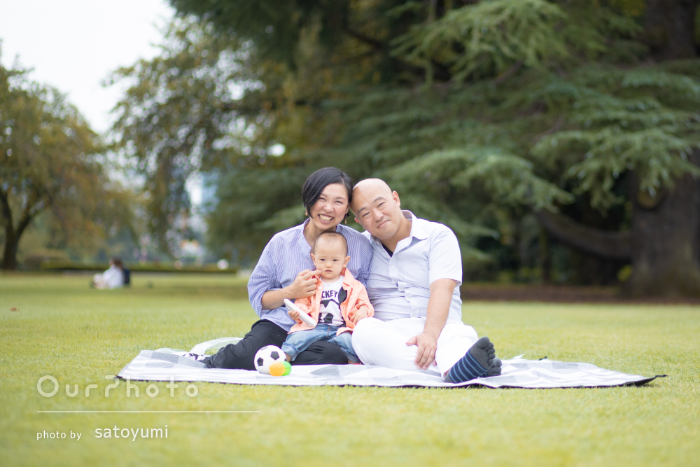 「素敵な写真を沢山撮ってもらえ」ピクニックを楽しむ家族写真の撮影