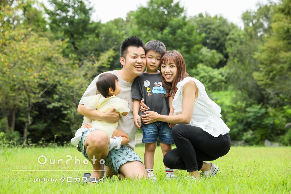 広々とした公園で仲良しなお兄ちゃんと妹さんが可愛い!家族写真の撮影