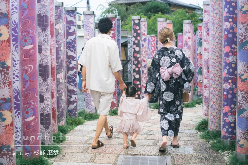 「大満足です」夏の日に浴衣を着て街を楽しく散策する家族写真の撮影