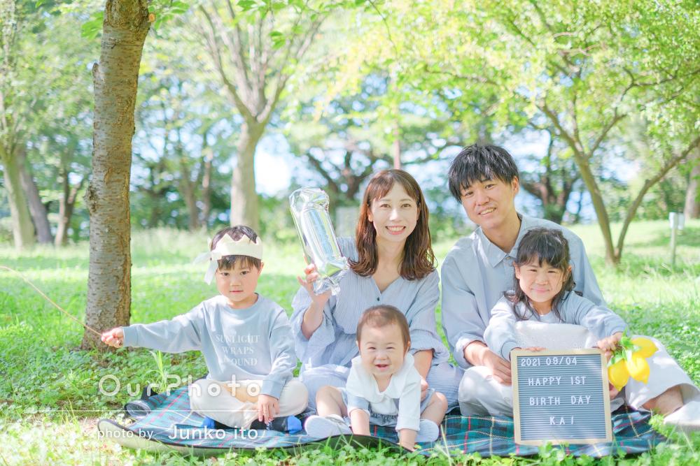 1歳の誕生日の記念に爽やかなリンクコーデでおしゃれな家族写真の撮影
