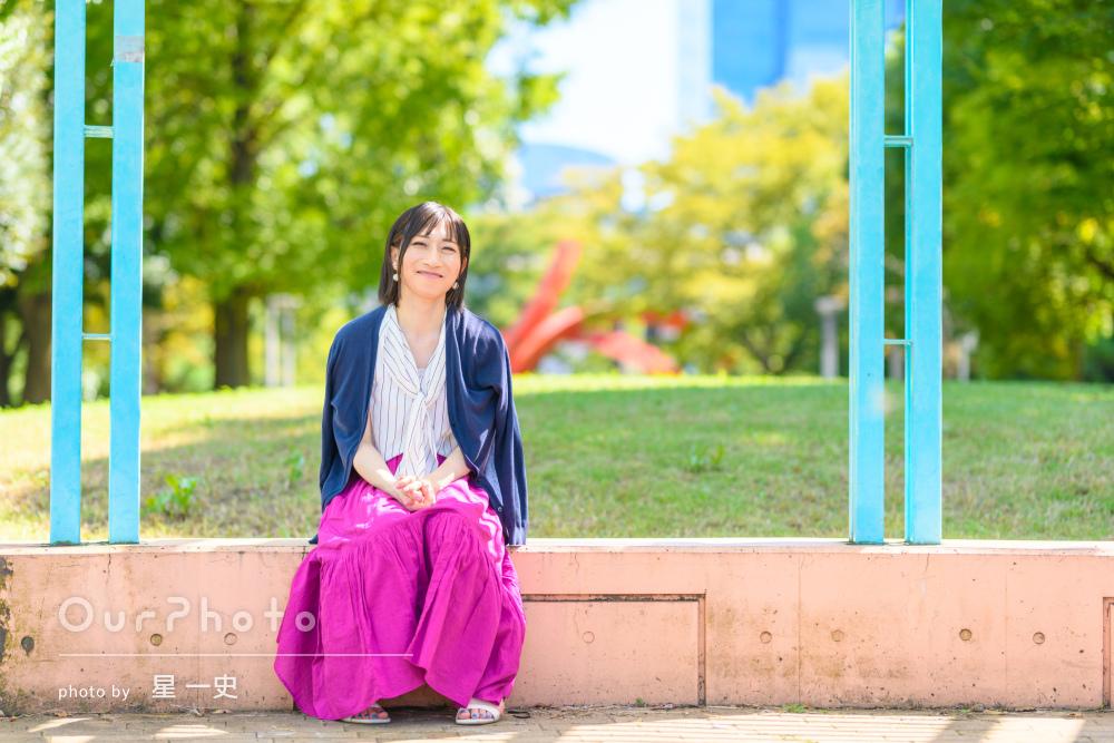 マゼンタピンクのロングスカートが目を惹く女性プロフィール写真の撮影