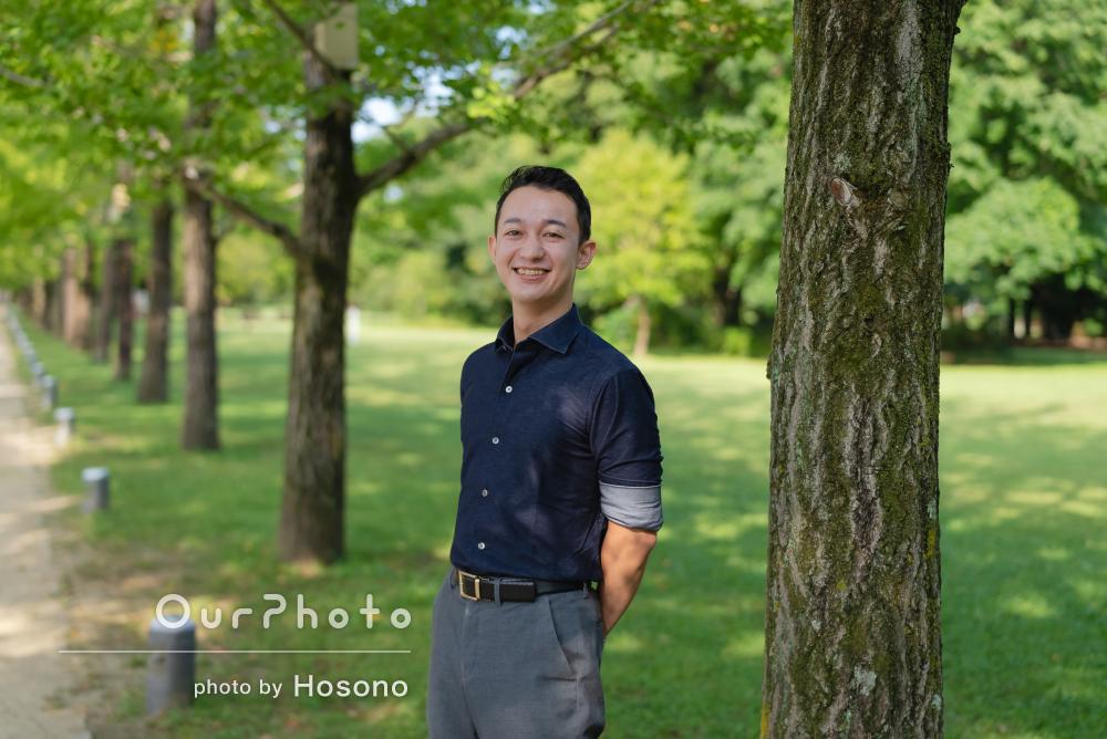 豊かな緑にデニムシャツがナチュラルな男性のプロフィール写真の撮影