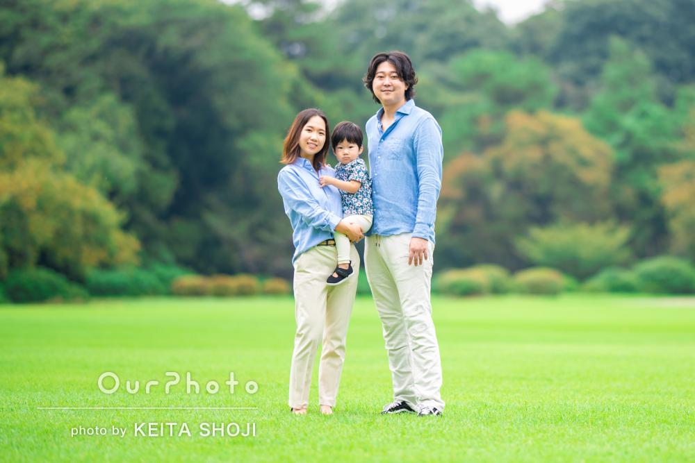 「成長を感じられて嬉しいです」芝生で遊ぶリピーター様の家族写真の撮影