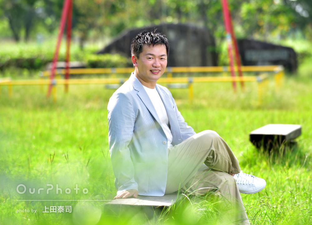 光がきらめく公園で自然体の笑顔が素敵な男性プロフィール写真の撮影