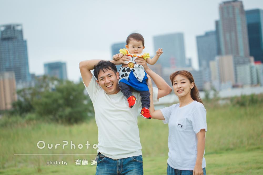 河川敷の土手で白シャツとジーンズのリンクコーデで家族写真の撮影