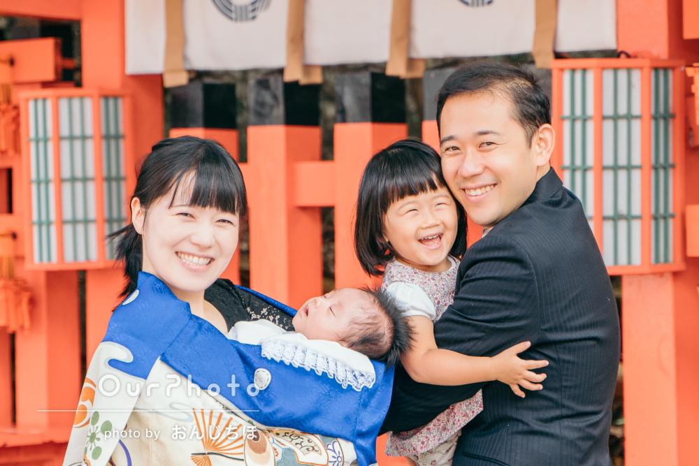 家族の笑顔と鮮やかな青色の掛け着に目を奪われるようなお宮参りの撮影
