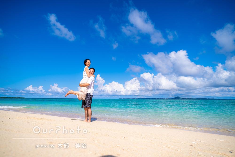 「1箇所で撮影したとは思えない」秋のビーチでカップルフォトの撮影