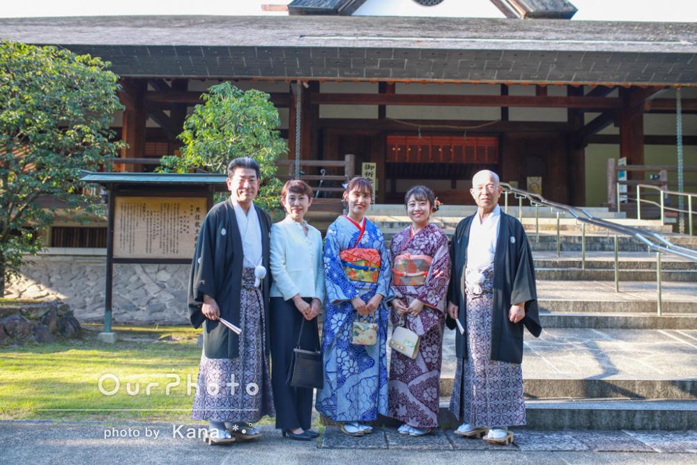 花柄の着物が可愛い!神社で正装をしたご家族5人で家族写真の撮影