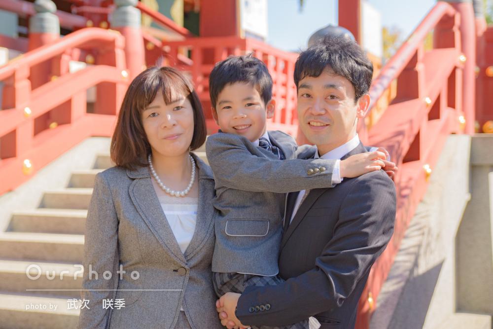 「家族3人の自然な表情を引き出して」神社で男の子の七五三の撮影