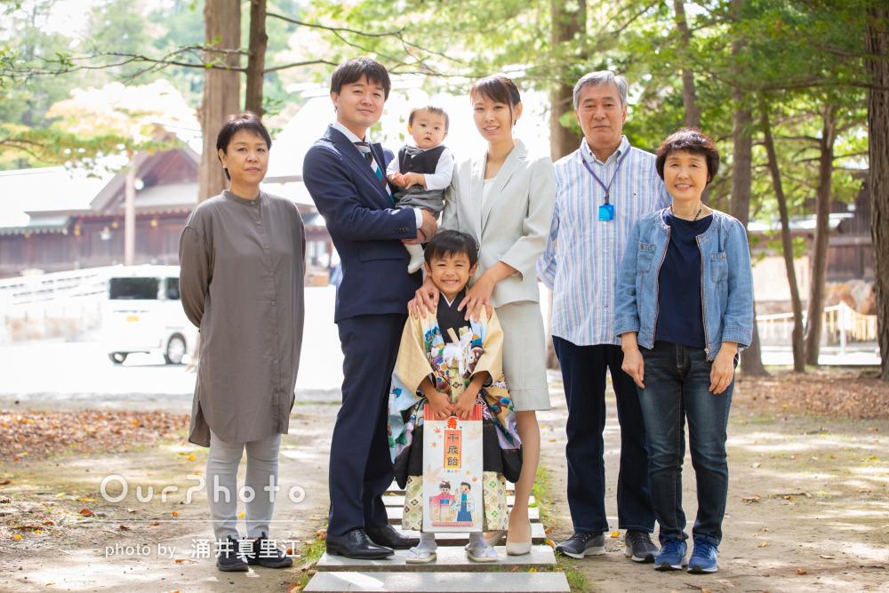 「息子の様々な表情を引き出しながら」家族4人で男の子の七五三の撮影
