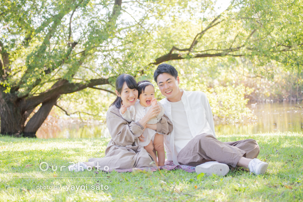 自然豊かな公園で優しく温かな日差しに包まれたナチュラルな家族写真の撮影
