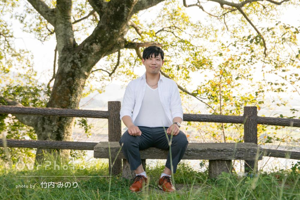 木漏れ日の中で優しく微笑む明るく爽やかなプロフィール写真の撮影