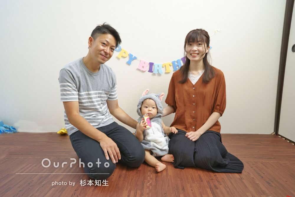 可愛いらしい衣装がお似合いの赤ちゃん!仲良し家族写真の撮影