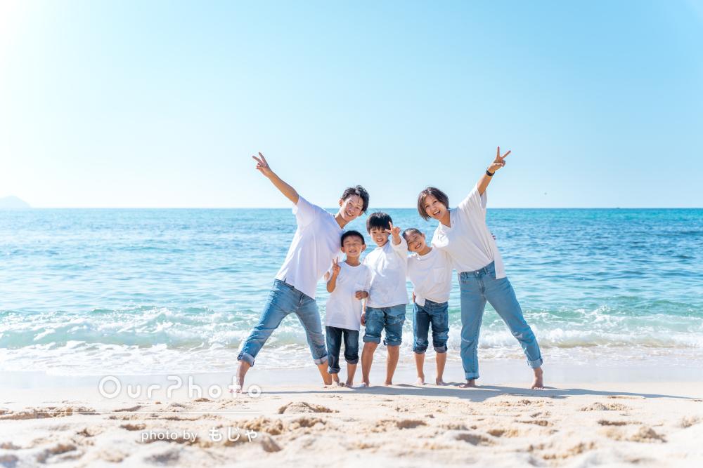 「撮影中も楽しい雰囲気」海でカジュアルリンクコーデの家族写真の撮影