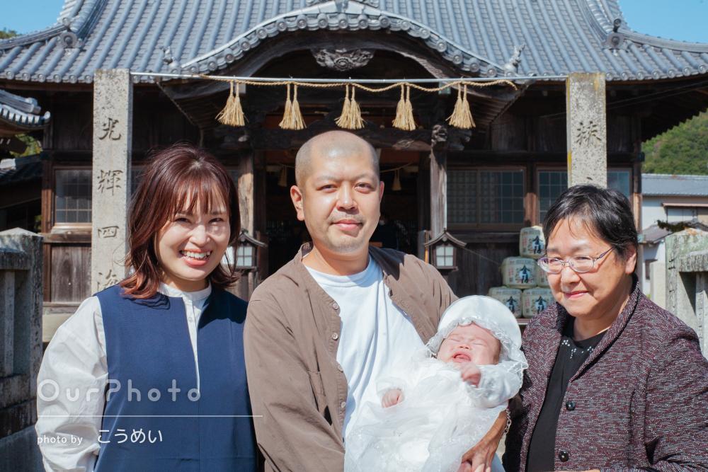 「家族の良い思い出」おばあちゃんも一緒に和やかなお宮参りの撮影
