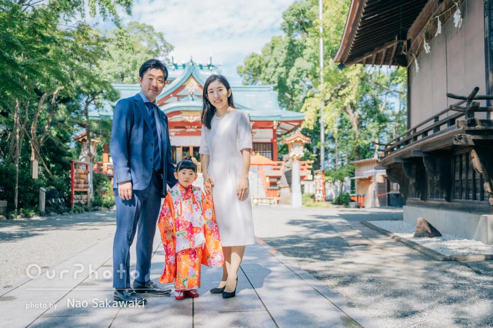 晴れ渡る青空にオレンジ色の着物が映える!3歳女の子の七五三の撮影