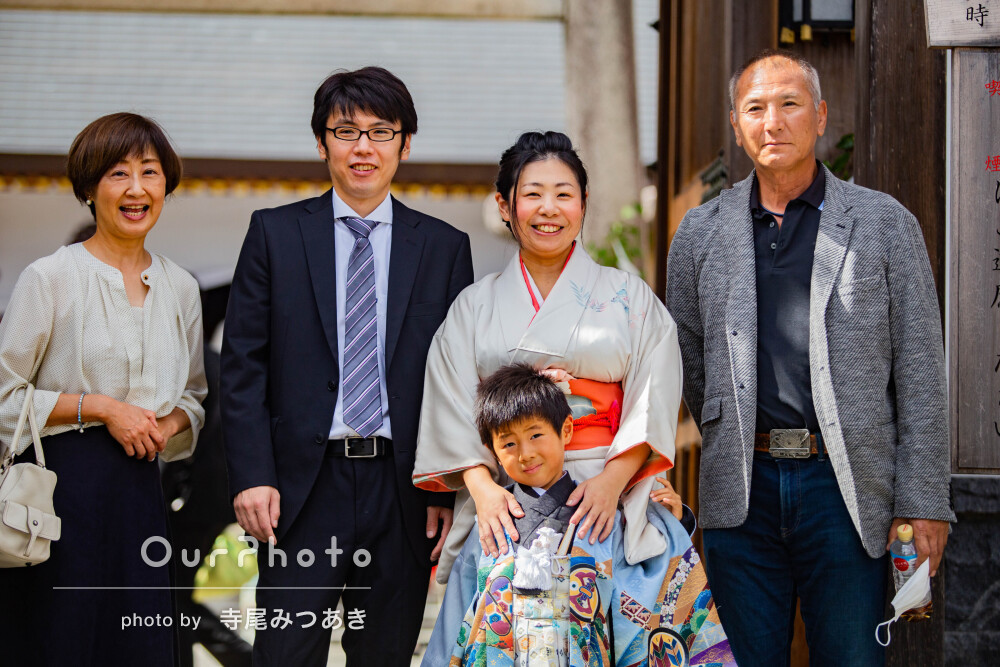 祖父母と一緒に美しい緑を背景に鮮やかな着物姿で男の子の七五三の撮影