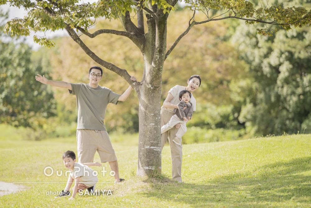 ナチュラルな色合いが素敵!秋色が綺麗な公園で遊ぶ家族写真の撮影