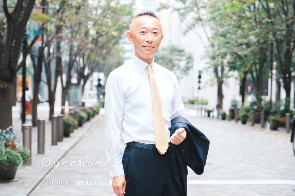 「自然な表情や表現で撮って頂き」街中で男性プロフィール写真の撮影