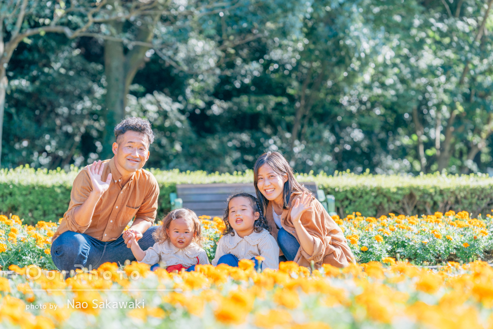 秋を感じるお洋服でリンクコーデ!元気いっぱい遊ぶ家族写真の撮影