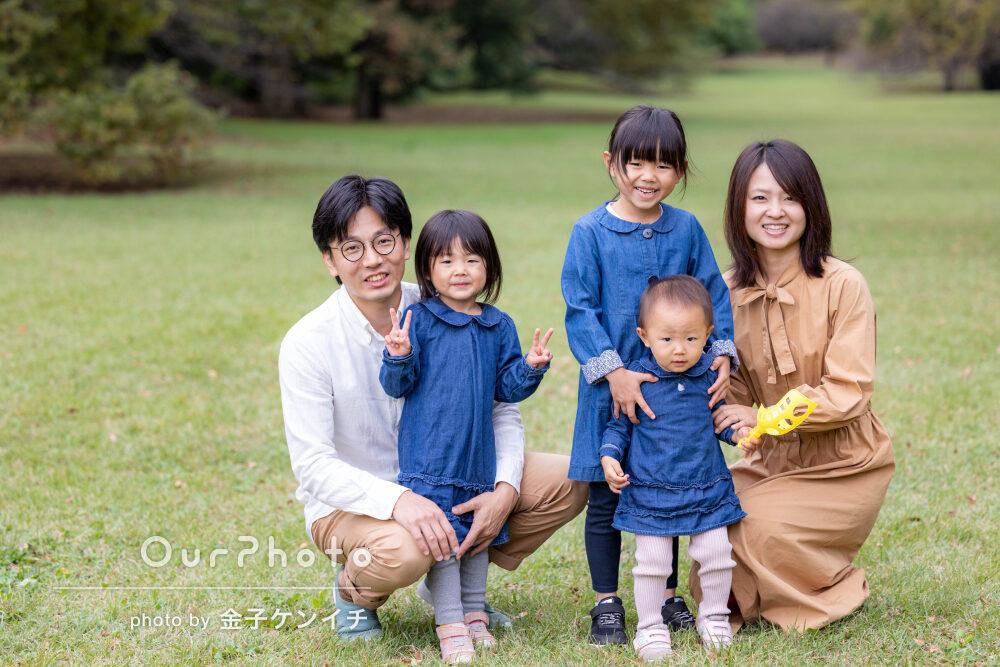 「自然な笑顔が沢山詰まった素敵なお写真」お揃いの服で家族写真の撮影