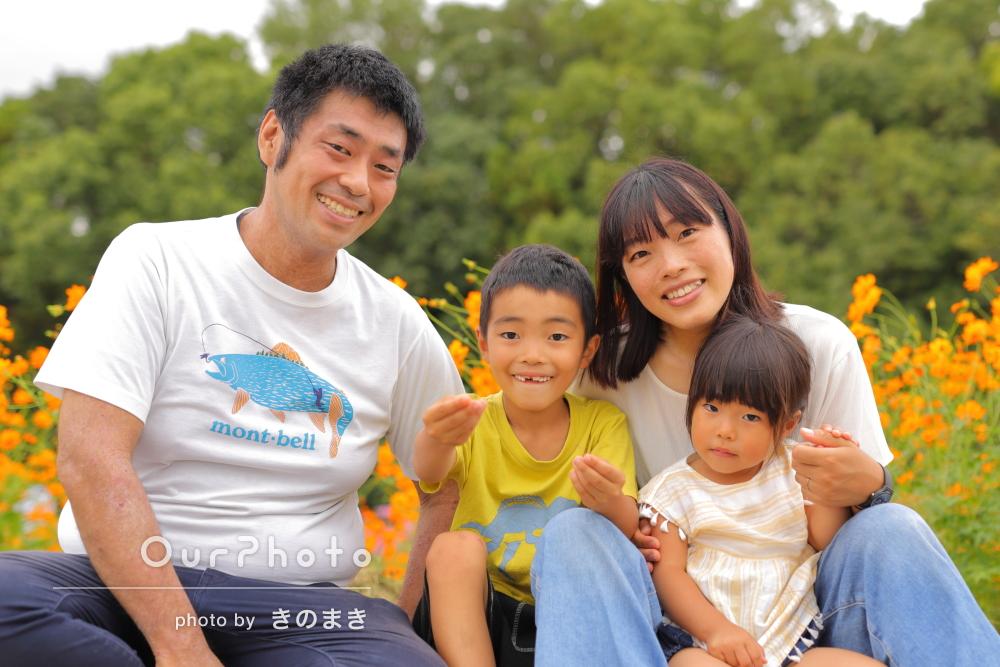 「良い瞬間をたくさん」花が咲き誇る自然に囲まれた公園で家族写真の撮影