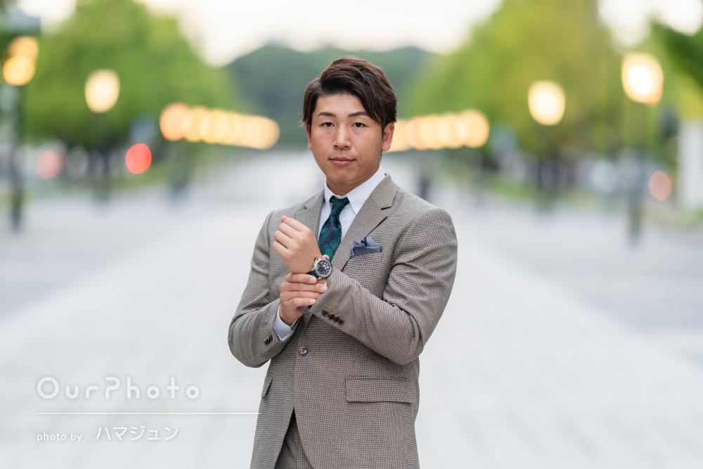 深緑のネクタイがアクセント!スーツを着たプロフィール写真の撮影