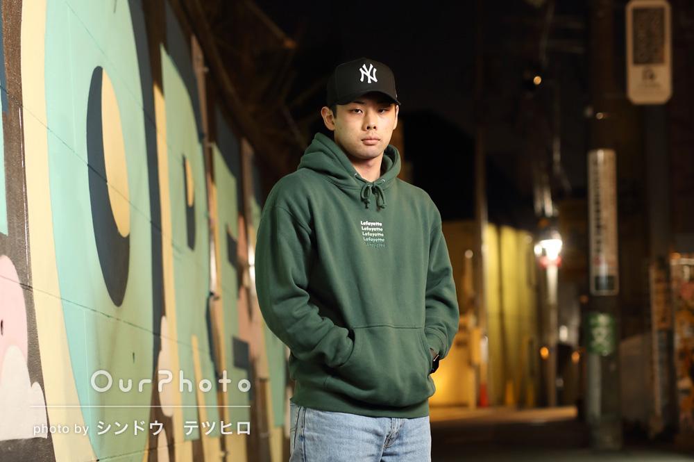 夜の街中で!クールな男性プロフィール写真の撮影