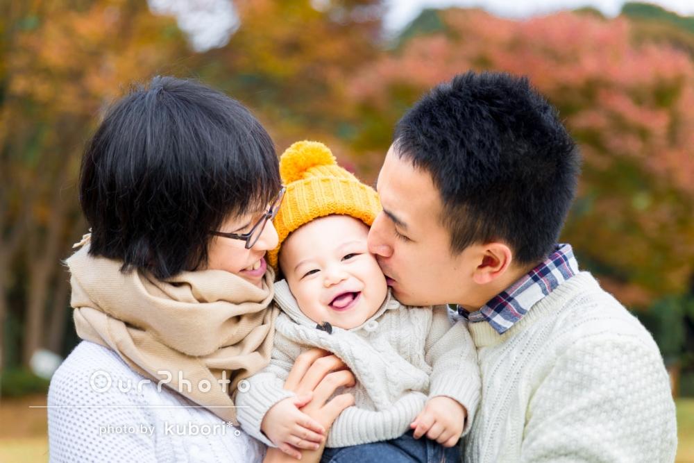紅葉の美しい公園でとびきり笑顔の家族写真撮影