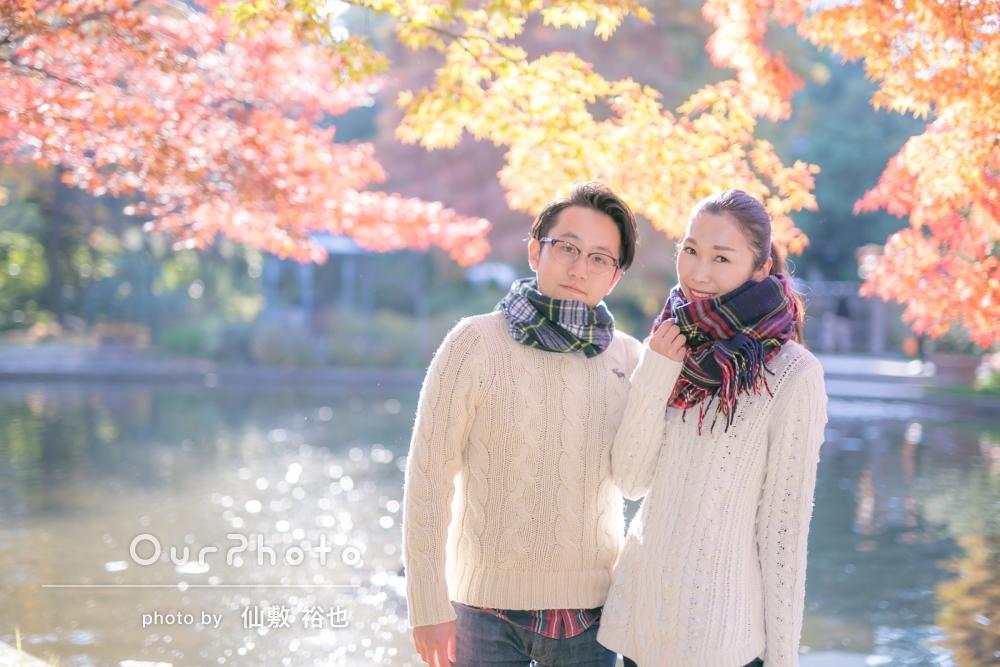 結婚記念にリンクコーデで!紅葉を背景にカップル写真の撮影