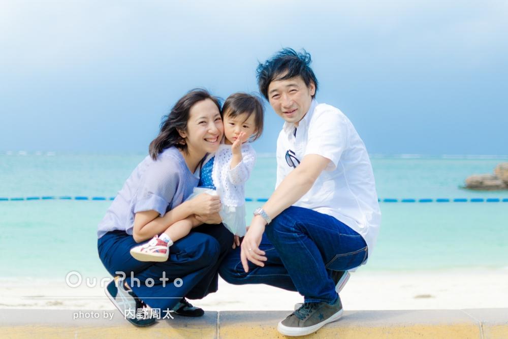 「楽しい時間」「満足」沖縄のビーチで家族写真の撮影