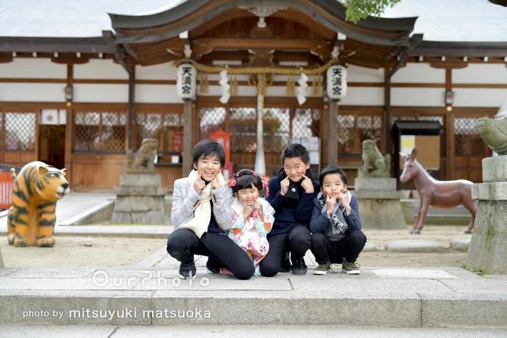 3人のお兄ちゃんと一緒ににこにこ七五三詣りの撮影